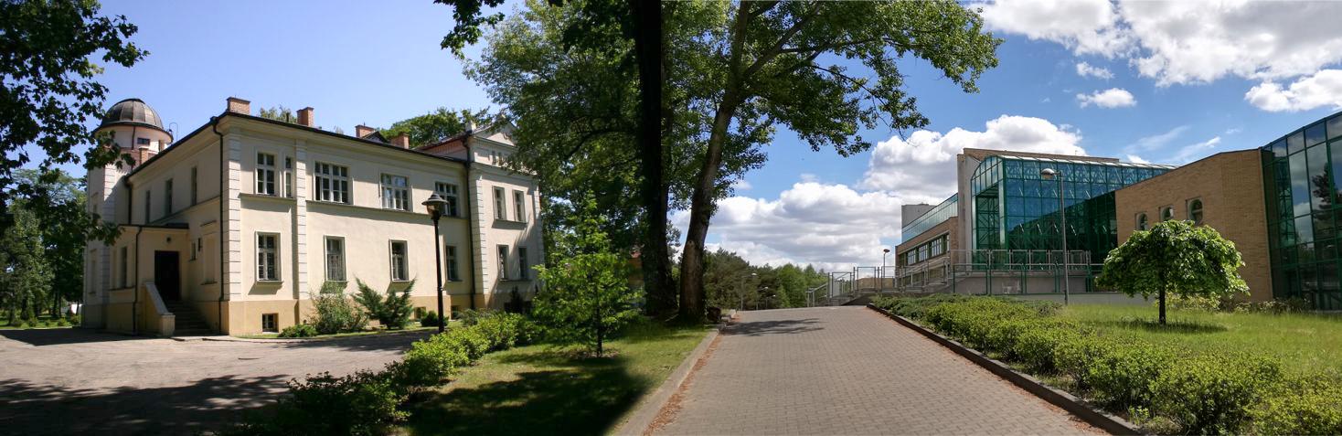 Zdjęcie wydziału fizyki z prawej oraz obserwatorium astronomicznego z lewej, świeci słońce.